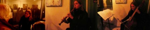 """Caroline Pintoux à la viole de Gambe et aux flûtes lors du vernissage de l'exposition """"Près d'Elles"""" de Nushka"""
